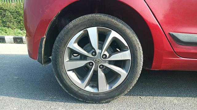 RIGHT REAR TYRE RIM VIEW