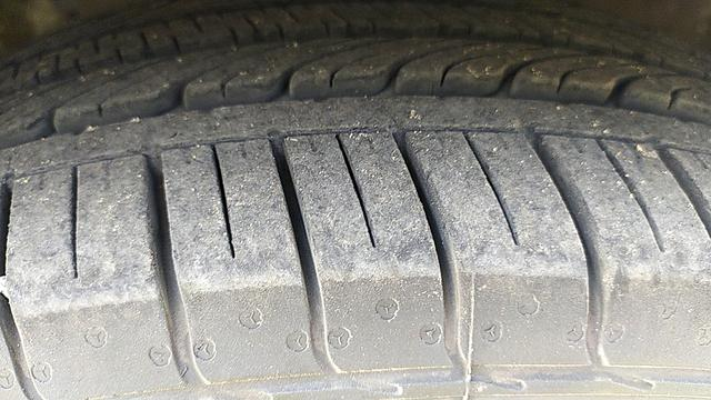LEFT FRONT TYRE TREAD VIEW