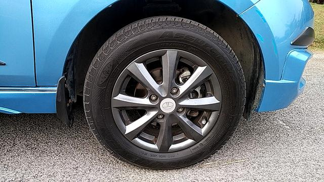 RIGHT FRONT TYRE RIM VIEW