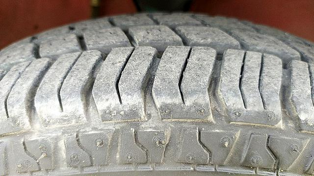 RIGHT FRONT TYRE TREAD VIEW